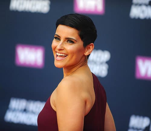 Nelly Furtado posing for pictures at VH1's Hip Hop Honors.