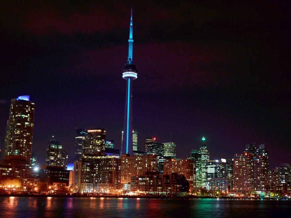 Scenery/Skylines: À Toronto, la fameuse Tour CN du Canada célèbre la naissance royale. En l'honneur de Son Altesse Royale le Prince de Cambridge, la Tour CN sera illuminée en bleu le 22 juillet 2013, soir de la naissance annoncée au Canada. PHOTO La Presse Canadienne Images/LA TOUR CN