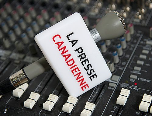 A microphone with the LaPresseCanadienne logo.